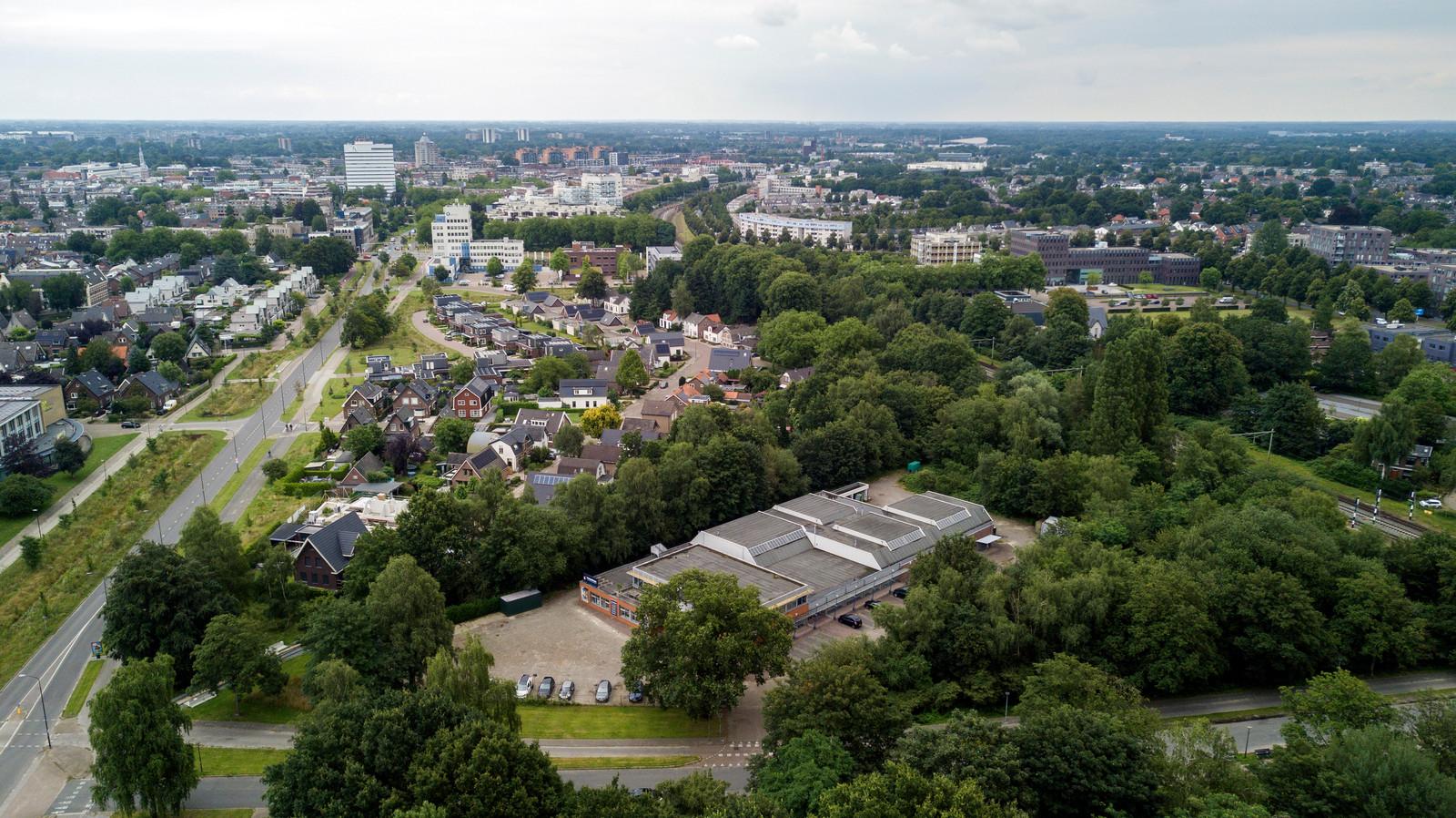Op de voormalige Real-X-locatie aan de Beatrixlaan (onder) komen 150 betaalbare woningen.