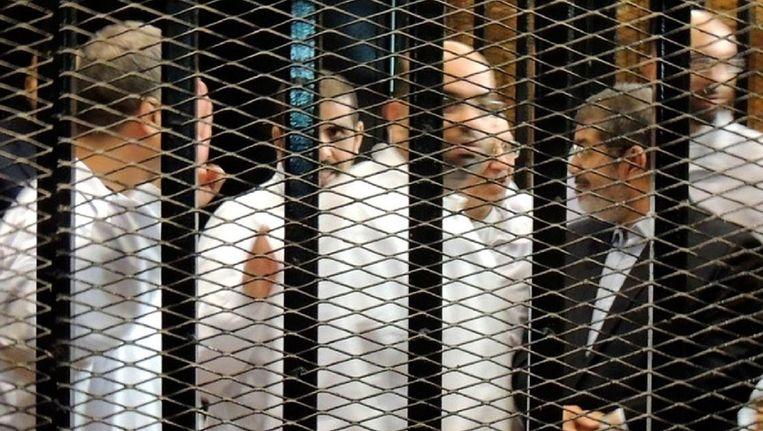 Mohammed Morsi (rechts) staat samen met andere leden van de Moslimbroederschap voor de rechtbank in Caïro. Beeld EPA