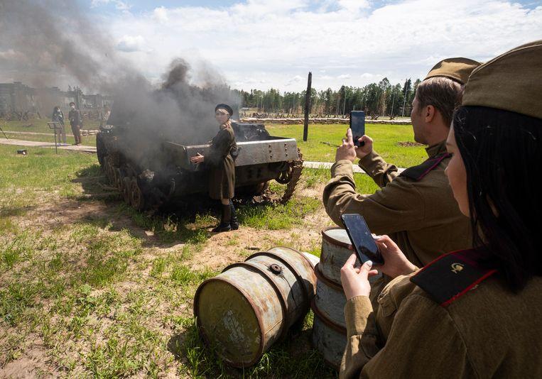 Acteurs spelen de slag om Moskou in 1941 na bij de Hoofdkathedraal van de Russische Strijdkrachten. Beeld EPA