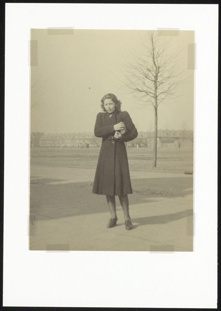 Verzetsstrijder Hannie Schaft in de Van Dortstraat in Haarlem.  Beeld Noord-Hollands Archief