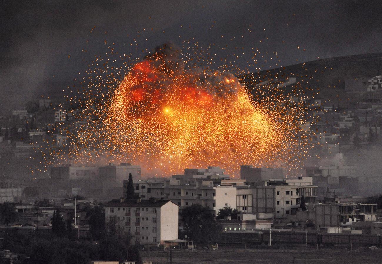 Een explosie in Kobani waar IS-strijders naar verluidt een zelfmoordaanslag pleegde met een autobom.