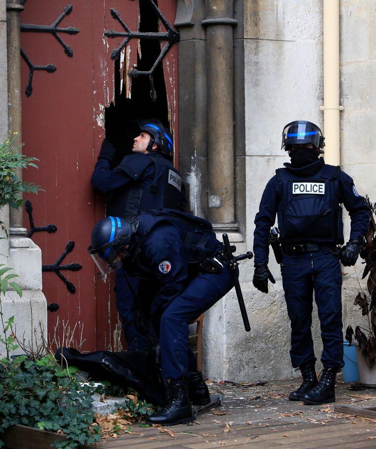 Antiterreuractie in de noordelijke voorstad van Parijs, Saint Denis. Beeld ap