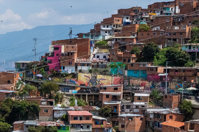 Het stadsdeel Comuna 13 was jarenlang in de greep van de strijd tussen linkse guerrillagroepen en extreemrechtse paramilitairen en het leger. Beeld Ynske Boersma