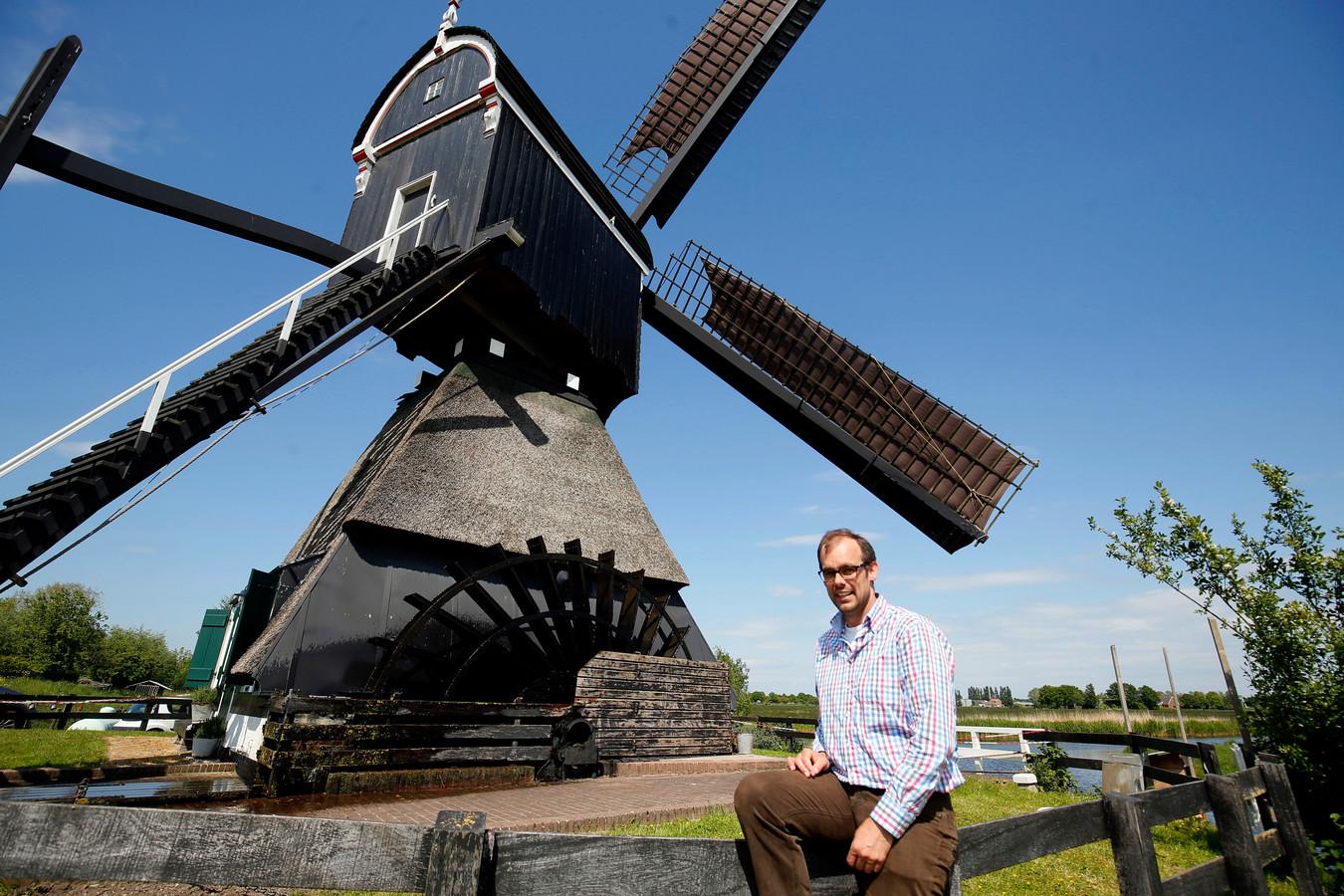 Thijs van Hoof woont in de Vlietmolen in Lexmond. Hij hoopt binnenkort verlost te zijn van de bonte knaagkevers die de balken aantasten.