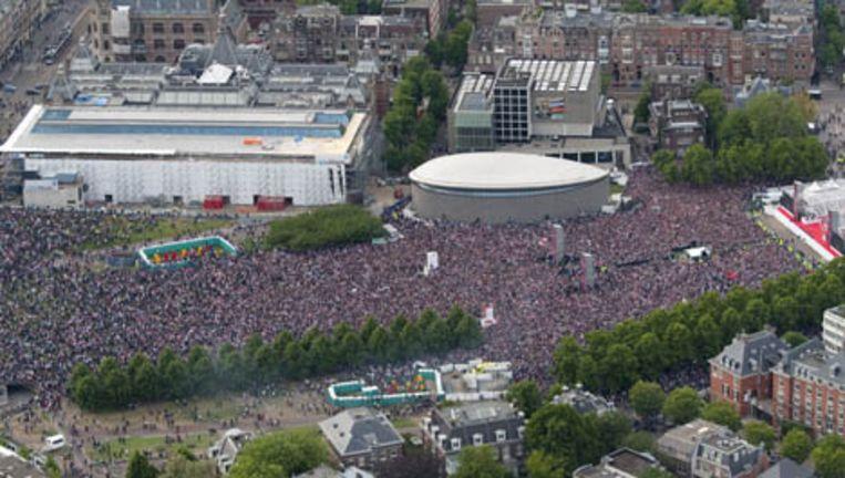 Luchtfoto van het Museumplein in Amsterdam dat volstaat met feestende Ajax-fans. De Amsterdamse politie heeft vanuit het persvak staan filmen. Foto ANP Beeld