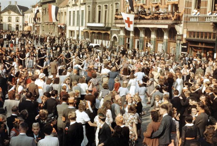 De dansende menigte op de Markt in Eindhoven, tijdens het bevrijdingsfeest op 18 september 1944.