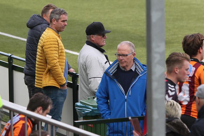 Mark Severin (gele jas) stond eind oktober als toeschouwer langs de lijn bij de derby FC Zutphen-De Hoven, maar keert komende zondag terug als trainer.