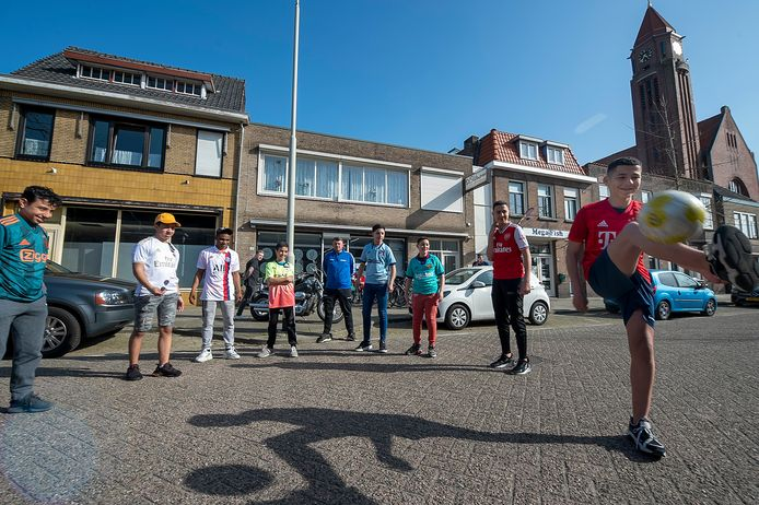 Jongeren trappen een balletje bij wijze van start van de voetbalcompetitie