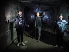 Muzikanten nemen album op in grote, donkere luchtkoker