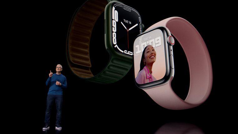 Apple-CEO Tim Cook toont de Apple Watch 7 in Cupertino, Californië Beeld REUTERS