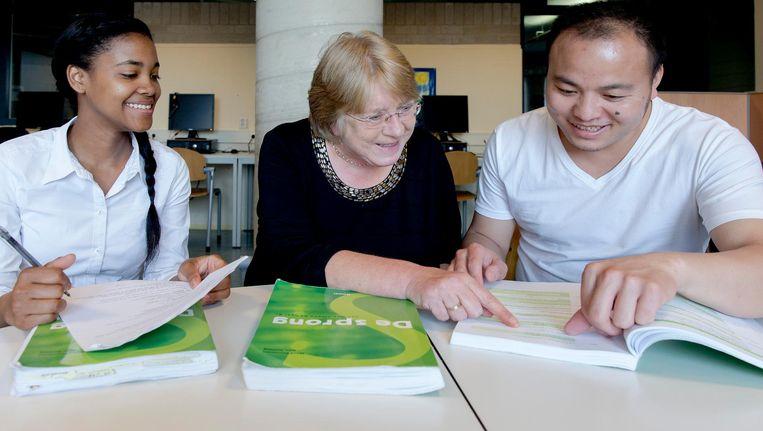 Cursisten krijgen uitleg van een docent op het Haagse ROC Mondriaan tijdens een les Nederlands voor anderstaligen. Beeld anp