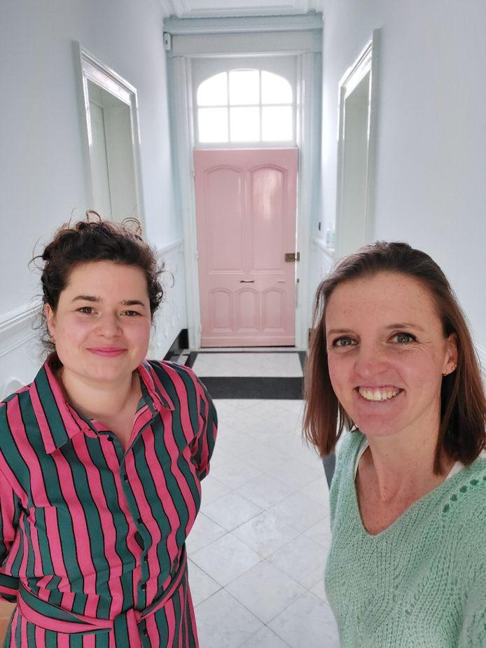 Interieurarchitecte Gaëlle Vervaeke (r.) van TUS Atelier en Lore Orbie van de webshop Kleine Paddestoel toveren het voormalige Brouwershuis in Reningelst om tot een pop-upstore.