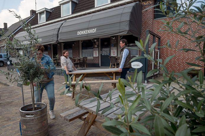 WOUW Pix4Profs / Marina Popova.  Eindelijk mogen de terrassen weer open. Kastelein Maurice Broeren (r) van Donkenhof in Wouw is druk bezig met de opbouw van zijn (uitgebreide) terras.