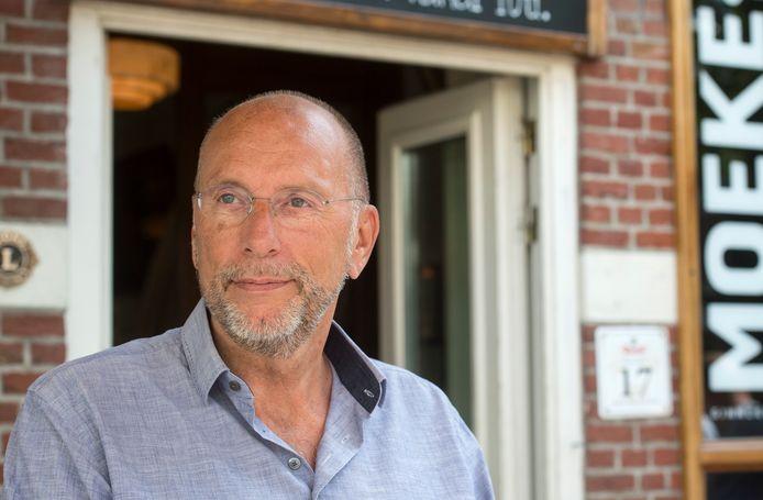 Horecaondernemer Laurens Meyer voor grand café Moeke op de Ginnekenmarkt in Breda, een van zijn ongeveer vijftig horecabedrijven.