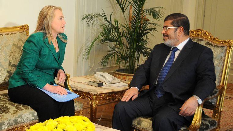 Hillary Clinton praat met de Egyptische president Morsi over het geweld in Gaza. Beeld ap