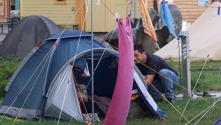 Een kampeerder op Camping Zeeburg hangt zijn spullen te drogen. Beeld ANP