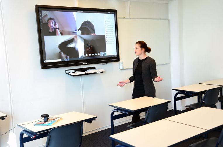 Leerlingen van het Luzac krijgen digitaal les met behulp van een webcam. Beeld Marcel van den Bergh / de Volkskrant
