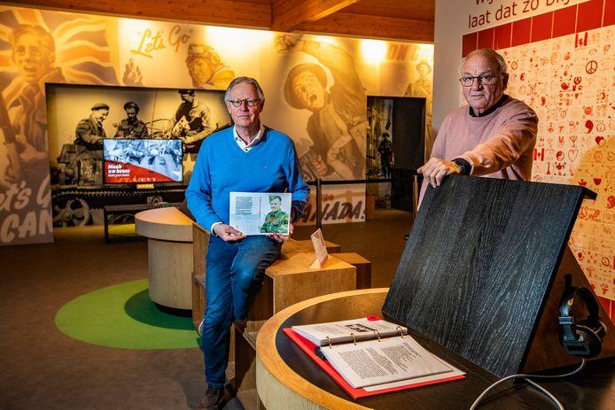 Albert Boode en Henk Vincent van het Informatiecentrum Canadese Begraafplaats presenteren trots het boek 'Holtense Gezichten' vol verhalen en illustraties over militaire operaties en de hierbij gesneuvelde soldaten.
