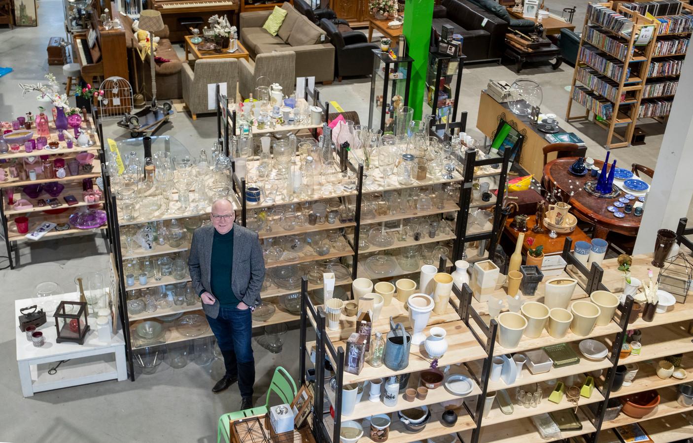 Manager Restore Kringloop Roelf Jager in de verbouwde, maar door corona gesloten kringloopwinkel in Ede. De opslag van de kringloopwinkels puilt uit.