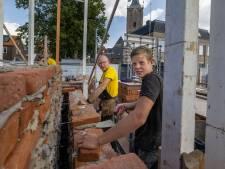 Jonge vaklieden herbouwen in Hasselt een eeuwenoude poort: promotie voor het vak