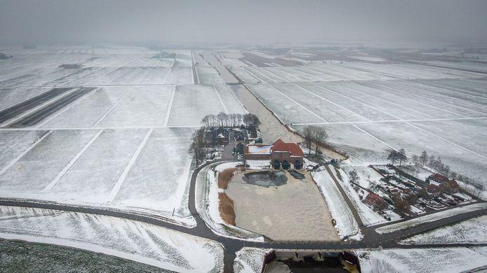 Het Ettenlandsch Kanaal krijgt in 2022 natuurvriendelijke oevers achter gemaal Stroïnk, hier te zien vanuit de lucht tussen de nog besneeuwde weilanden.