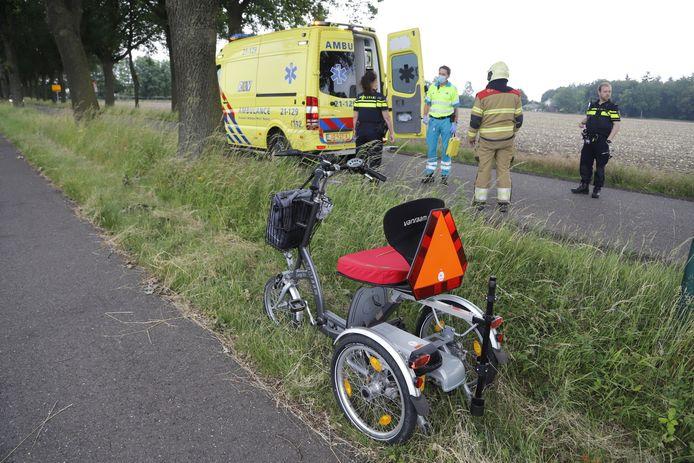 Omstanders hebben een vrouw gevonden in een greppel langs de Lactariaweg in Stevensbeek.