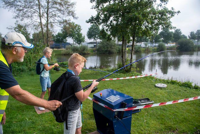 Met hulp van een simulator en advies van een vismeester leren Jasper Immink en Beau Roenhorst hoe ze het best een hengel kunnen uitgooien.