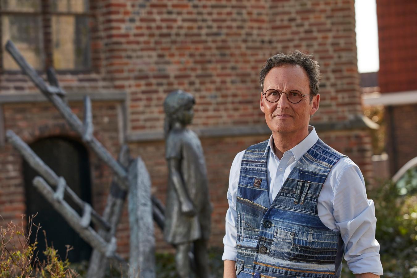 Herbert te Velthuis uit Borculo wil een weermuseum oprichten. Hier staat hij bij het monument ter nagedachtenis aan de stormramp, naast de  Sint Joriskerk.