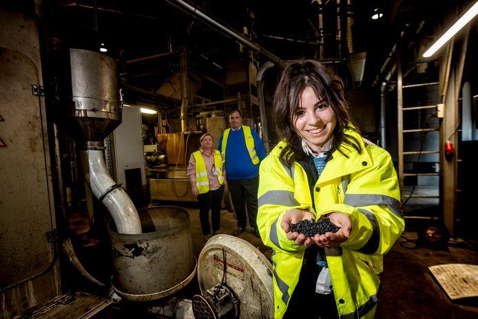 Caroline Daalder in de fabriek van haar ouders Katalien en Peter Daalder (op de achtergrond). Caroline wil over een paar jaar, na haar studie, bepalen of ze het bedrijf van haar ouders gaat overnemen.