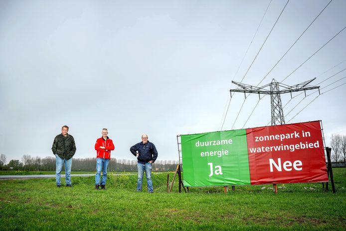 De zonnepanelen komen op de achtergrond te liggen, dus aan de overkant van de weg. Vlnr Arno De Beijer, Dick van Westreenen en Joost Litjens.
