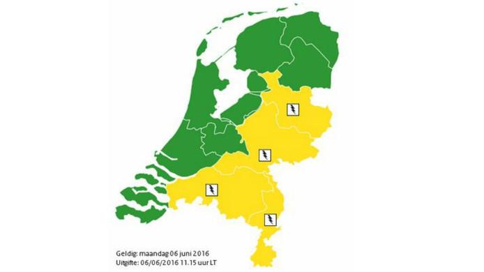 Op dit kaartje is te zien voor welke gebieden maandagmiddag waarschuwingscode geel geldt .