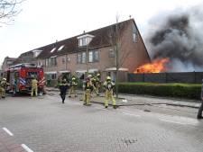 Brandweer rukt groots uit voor uitslaande schuurbrand in Den Hoorn