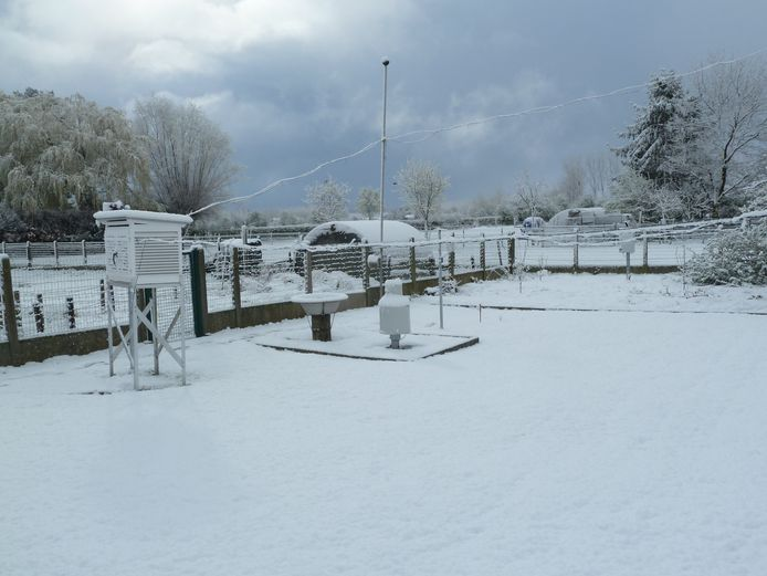 Het weerstation van Hugo Mathues in Ransberg was vanochtend volledig ondergesneeuwd.