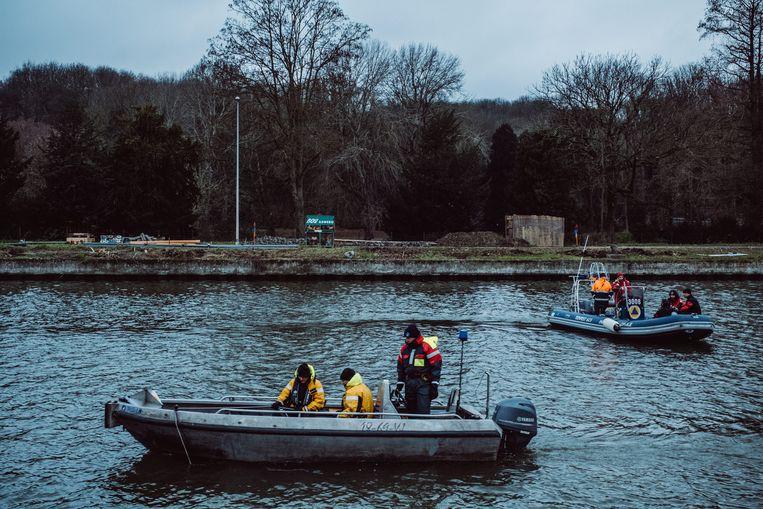Bij de zoekactie op het kanaal werden sonarboten en duikers ingezet. Beeld Wouter Maeckelberghe