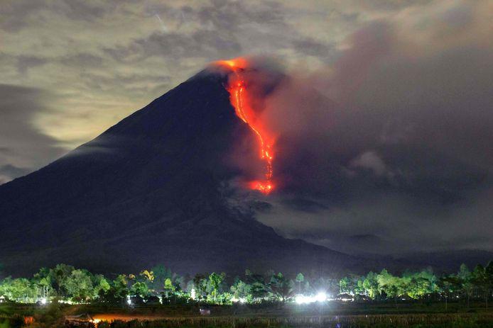 Op het Indonesische eiland Java is de actieve vulkaan Semeru opnieuw uitgebarsten.