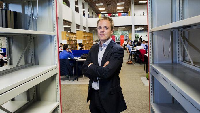 Bibliothecaris Van Otegem in de UB van de Erasmus Universiteit