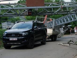 Kraan valt om op bouwwerf maar wagen ontsnapt aan schade