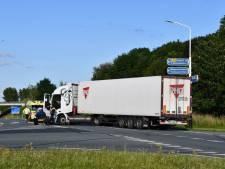 Vrachtwagen en auto botsen bij Nieuwdorp