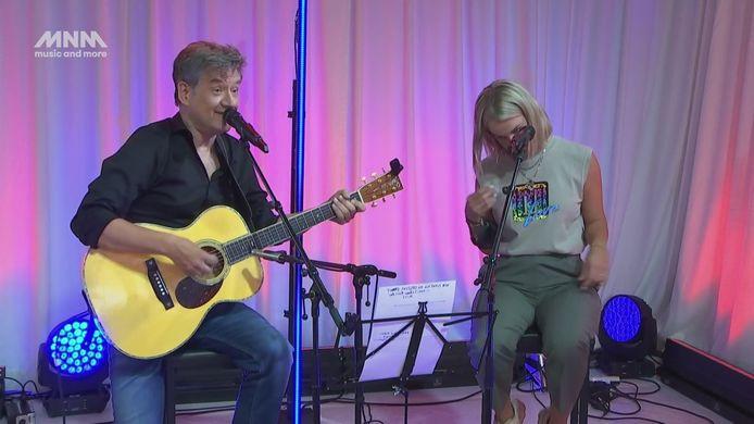Bart Peeters en Kat Kerkhofs kropen achter de microfoon om hulde te brengen aan Dries Mertens.