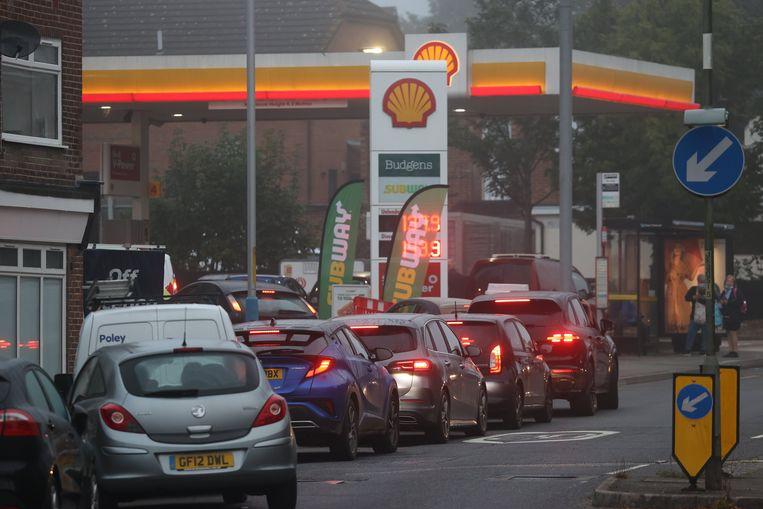 Autobestuurders schuiven aan bij een Shell-tankstation in Tonbridge, Kent. Beeld Photo News