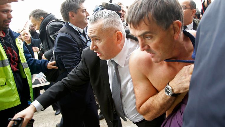 Xavier Broseta, de HR-baas van Air France, ontvlucht de boze menigte zonder hemd. Beeld REUTERS