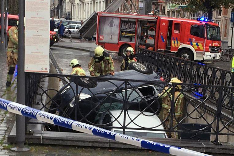 De brandweer moest de achterruit van de auto inslaan om de bestuurder uit zijn benarde positie te bevrijden.