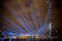 De Zwaan is nooit vies van een lichtshow. Zoals hier tijdens het songfestival, waarin Rotterdam stevig uitpakte met zijn icoon.