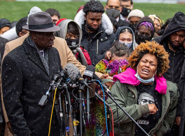 Naisha Wright (R), tante van de doodgeschoten Daunte Wright, is in tranen.  Beeld AFP