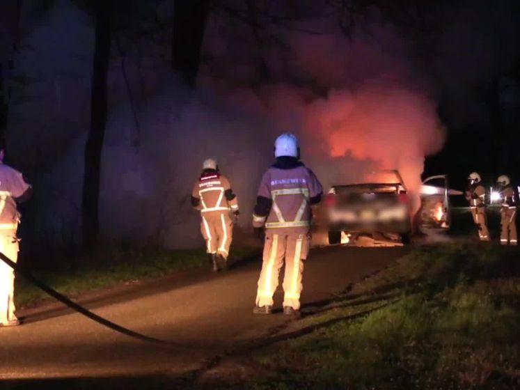 Auto vliegt tijdens rijden in brand