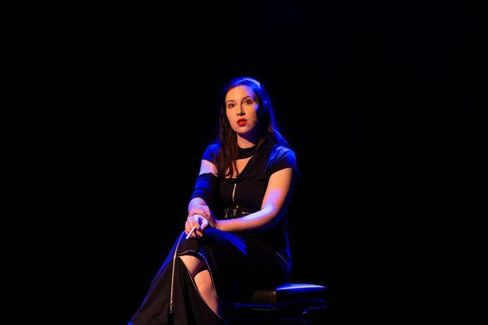 Lotte Velvet tijdens de finale van het Amsterdams Kleinkunstfestival. Foto Anne van Zantwijk