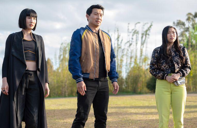Xialing (Meng'er Zhang), Shang-Chi (Simu Liu) en Katy (Awkwafina) binden de strijd aan tegen de hordes van Xu Wenwu (Tony Leung). Beeld Marvel Studios
