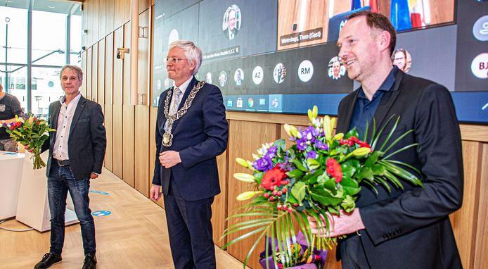 Burgemeester Theo Weterings tussen de zojuist geïnstalleerde wethouders Rik Grashoff (l) en Bas van der Pol.