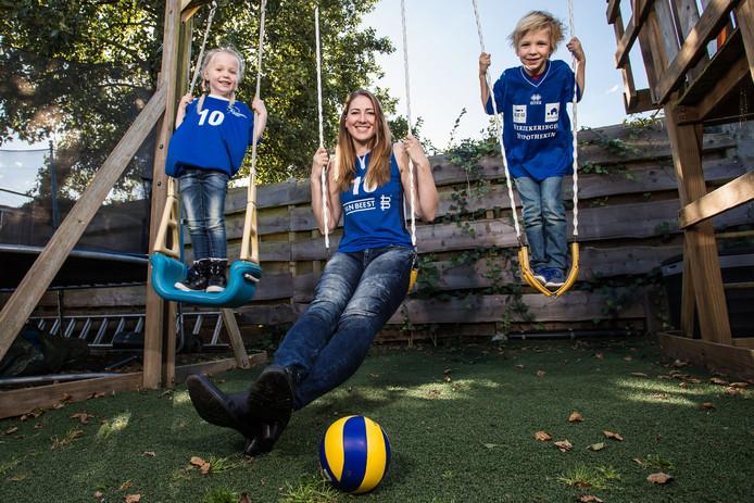 Carlijn Ghijssen-Jans woont alweer geruime tijd in het Utrechtse Odijk, met echtgenoot Bas en de kinderen Floor en Daan. De West-Brabantse volleybalt nu bij eredivisiekoploper Sliedrecht Sport, waar Roosendaler Matt van Wezel trainer is.