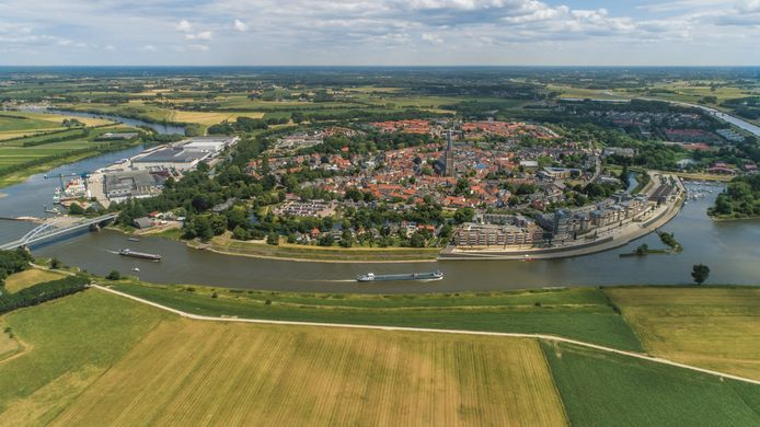 Aanzicht van Doesburg vanuit het westen over de IJssel. Geheel rechts stroomt de Oude IJssel.  Foto uit juli 2019.